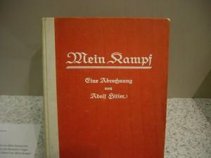 hitler-Primeira-edição-do-Mein-Kampf-em-alemão-julho-de-1925-Exposição-do-Museu-Histórico-Alemão-em-Berlim.